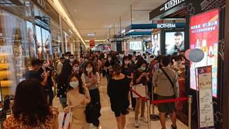 台南百貨周年慶首日湧7萬人潮 警呼籲民眾勿違停