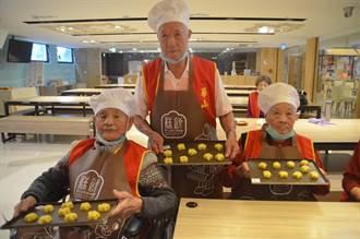 九九重陽節將至!桃園百歲人瑞擔任一日糕餅師