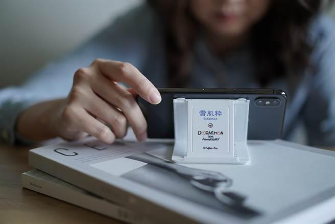 雪肌粋和哆啦A夢進行台灣首次聯名,推出雪肌粋哆啦A夢「多角度手機架」與「透明化妝包」兩款贈品。(圖/品牌提供)