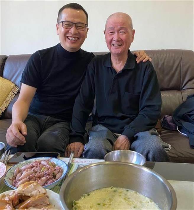 羅智強與父親。(摘自羅智強臉書)