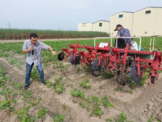 觀摩會進行旱田除草機田間實際操作示範。(台南農改場提供/劉秀芬台南傳真)