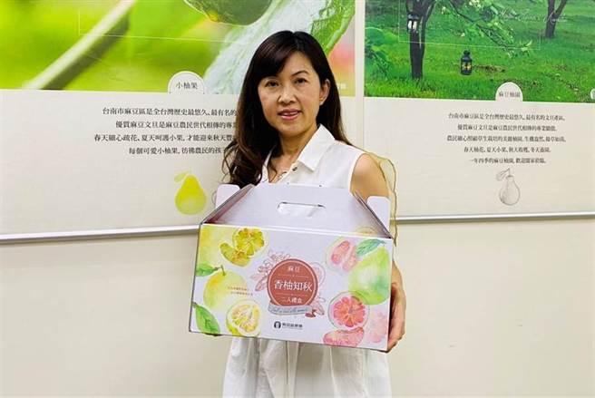 麻豆农会推出两颗装大白柚礼盒,希望能打开送礼市场。(麻豆区农会提供/刘秀芬台南传真)
