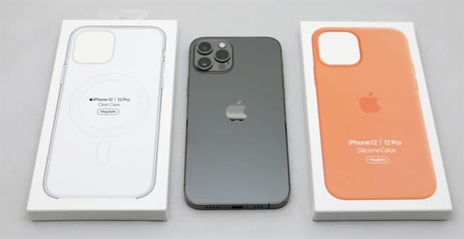 iPhone 12與iPhone 12 Pro系列的MagSafe透明保護殼以及MagSafe矽膠保護殼。(黃慧雯攝)