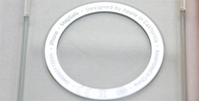 MagSafe透明保護殼內側字樣。(黃慧雯攝)