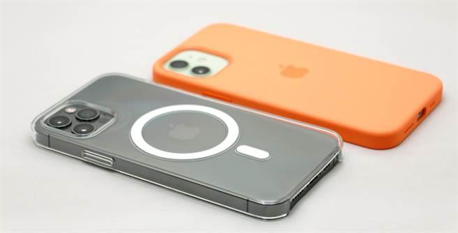裝上MagSafe透明保護殼的iPhone 12 Pro以及裝上MagSafe矽膠保護殼的iPhone 12。(黃慧雯攝)
