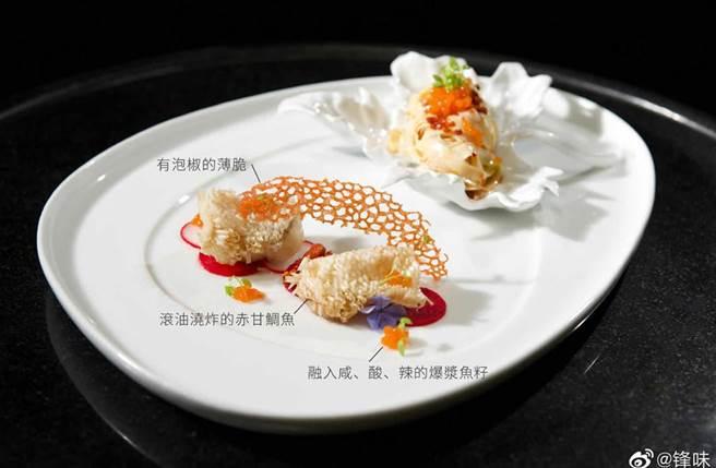 謝霆鋒驕傲分享在上海米其林指南2021晚宴上,呈現的創意中菜「五彩斑斕油潑麵」。(翻攝自鋒味微博)