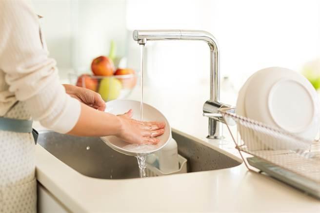 專家表示,洗碗其實有很多小撇步,若是沒有戒掉這些習慣,後果恐會賠上健康。(圖/示意圖,達志影像)