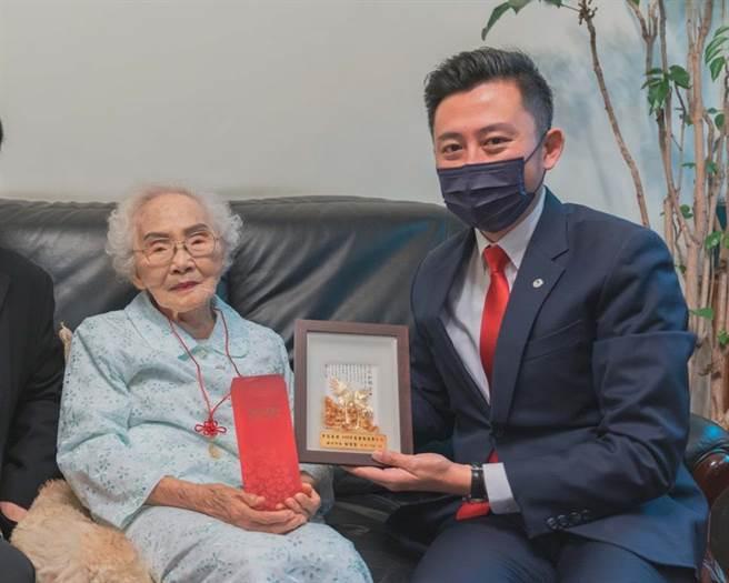 新竹市長林智堅(右)今天拜訪104歲的醫師老奶奶李佳音,並致贈敬老狀與禮金禮品,也與奶奶話家常請益養老祕訣。(陳育賢攝)
