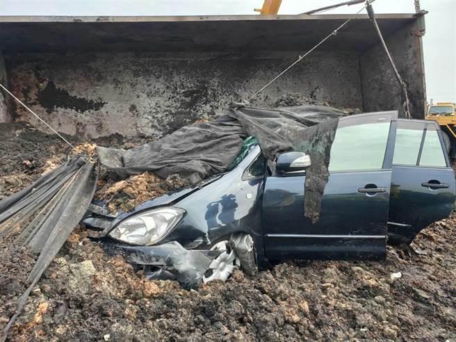 國道一號北上337.2公里路竹路段22日中午12時19分發生車禍,1部砂石車側翻,消防人員到場搶救。(翻攝照片/林瑞益高雄傳真)