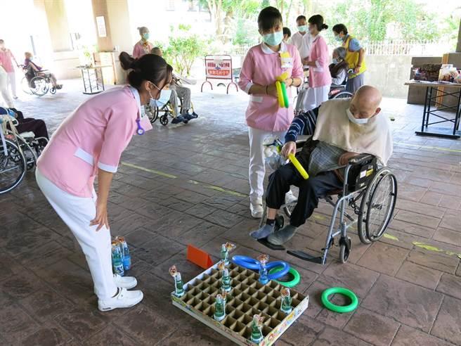 衛服部豐原醫院附設護理之家舉辦「豐原柑仔店」,擺設多項闖關小遊戲,讓坐在輪椅上的阿公阿嬤,重溫年輕時回憶。(王文吉攝)
