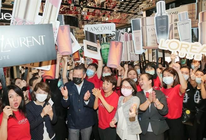 新光三越副董事長吳昕陽(左3)帶領高層為美妝品牌和員工打氣。(盧禕祺攝)