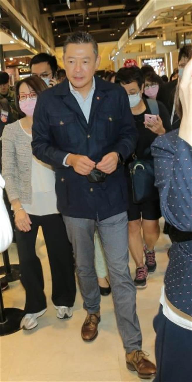 新光三越副董事長吳昕陽帶領高層為美妝品牌和員工打氣。(盧禕祺攝)