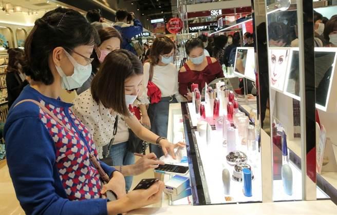 新光三越周慶第2波今起跑,台北信義新天地A8 1樓化妝品區湧人潮。(盧禕祺攝)