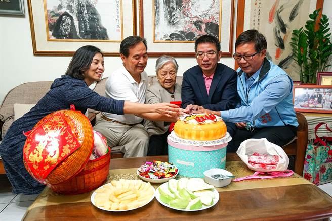 宜蘭市長江聰淵(右二)今天拜訪102歲人瑞郭林却(中),江聰淵盼望每一位長者都能享受優質的生活環境。(李忠一攝)
