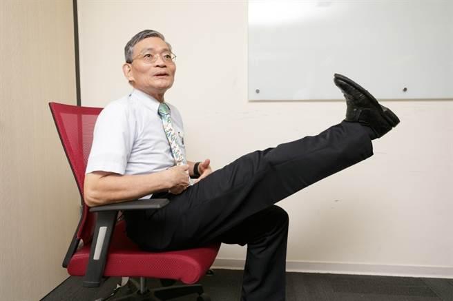 行動專家簡文仁提倡平常多拉筋、訓練肺活量及平衡感。(圖/中時新聞網攝)