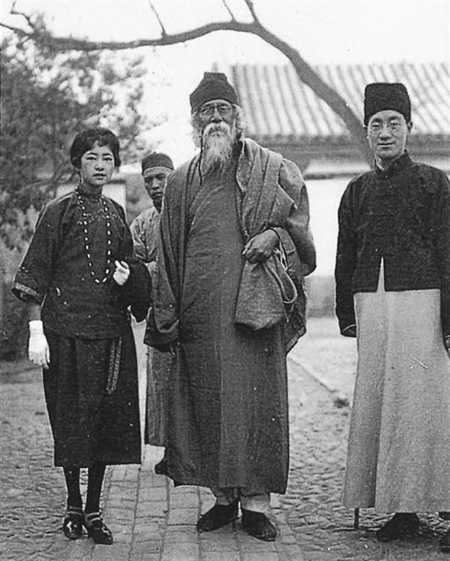 1924年諾貝爾文學獎得主、印度詩人泰戈爾(Rabindranath Tagore)訪華時,林徽音擔任翻譯(照片右側是曾向林求婚不成的詩人徐志摩,他也一同擔任口語傳譯)(圖/左岸文化提供)