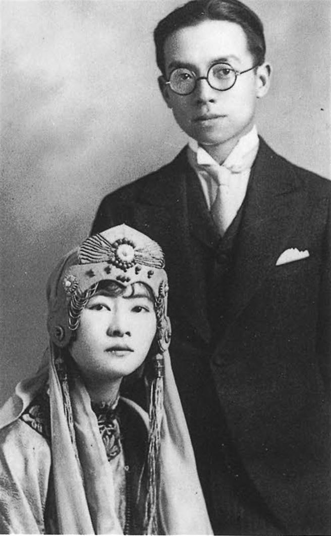 1925年林徽音與梁思成結婚時所攝,林身上所穿風格強烈的鳳袍,還有頭上戴著的霞冠,都是她親手設計的。(圖/左岸文化提供)