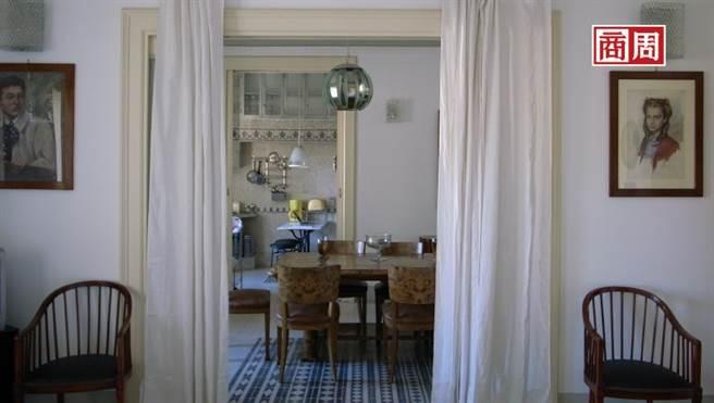 从客厅到饭厅及厨房,半通透的开放空间既有层次感又能维持隐私。(图/张智强摄)