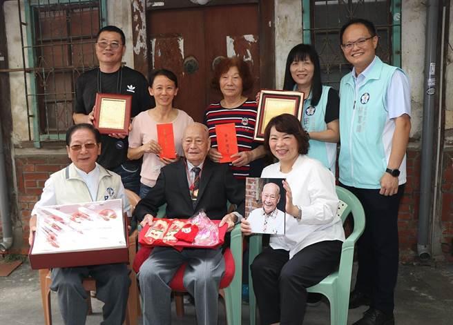 嘉義市長黃敏惠(前排右)贈送重陽節禮金及各式禮品,祝賀百歲人瑞李水火阿公。(廖素慧攝)