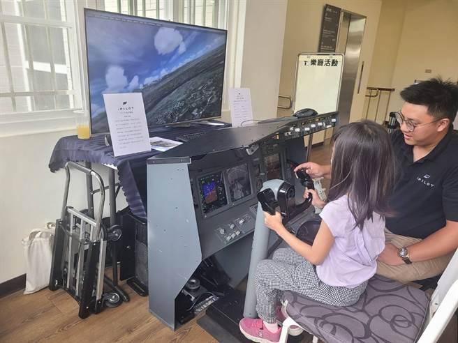 台中市文化局舉辦「台灣第一飛行家謝文達特展」,特別引進波音737模擬機提供親子體驗自駕飛機。(台中市文化局提供/王文吉台中傳真)