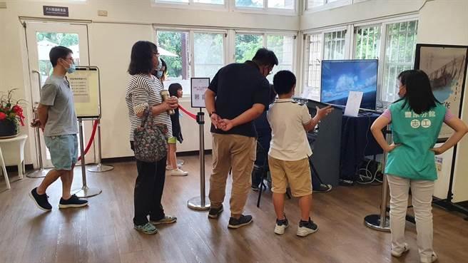 波音737模擬機於台中市豐原區書香卓越典範圖書館提供民眾體驗,10月24日及31日上、下午時段共計120名額。(台中市文化局提供/王文吉台中傳真)