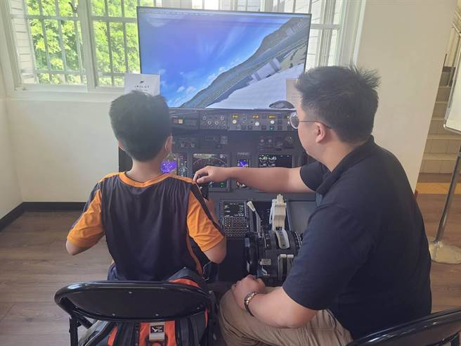 波音737模擬機設備相當逼真,進入機艙從機師視角飛行,可實際操作「起飛」或「降落」模式。(台中市文化局提供/王文吉台中傳真)