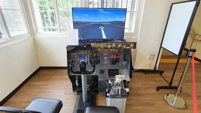 波音737模擬機設備相當逼真齊全,進入機艙從機師視角飛行,可實際操作「起飛」或「降落」模式。(台中市文化局提供/王文吉台中傳真)