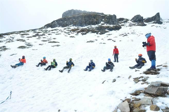 雪季高山地區容易積雪及結冰,山友應學習相關的雪攀技術,包含步伐、確保或滑動制動等。(雪霸處提供/巫靜婷苗栗傳真)