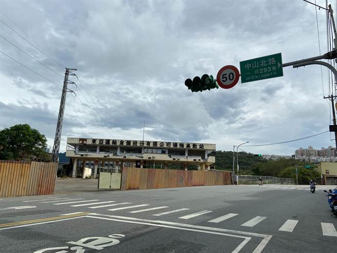 東海貨櫃廠日前搬遷,不少民眾認為,應將門前號誌廢除,減少交通阻塞的機率。(黃婉婷攝)