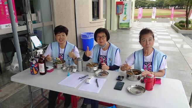 全民運期間,工作人員與選手用餐,一律使用不鏽鋼餐盒及筷子,從源頭開始減塑。(花蓮環保局提供/王志偉花蓮傳真)