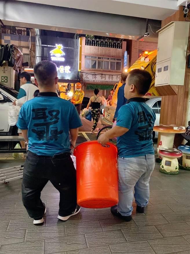 侏儒症病友用心經營火鍋店,受到不少客人支持與鼓勵。(照片/翻攝《小聚人》粉絲團)