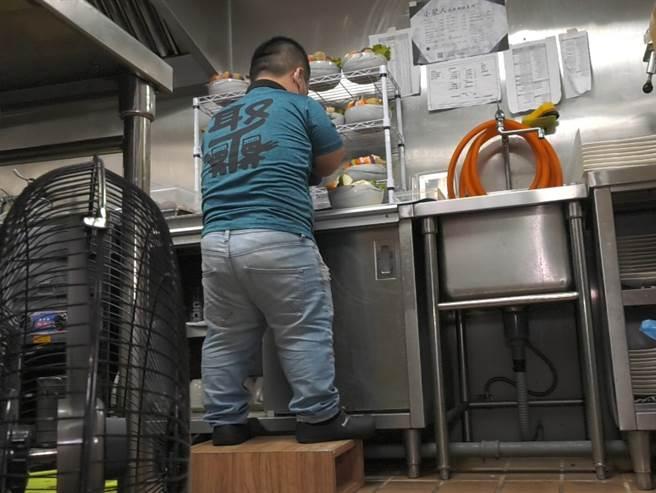 大頭自製矮板凳讓工作更方便。(照片/游定剛 拍攝)