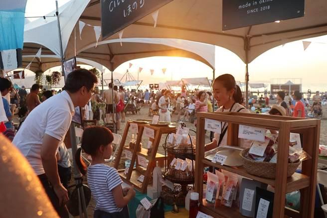 和平島公園-留夏沙灘首次舉辦電音派對,現場有約15個攤位的假日市集可以逛。(基隆市政府提供/陳彩玲基隆傳真)