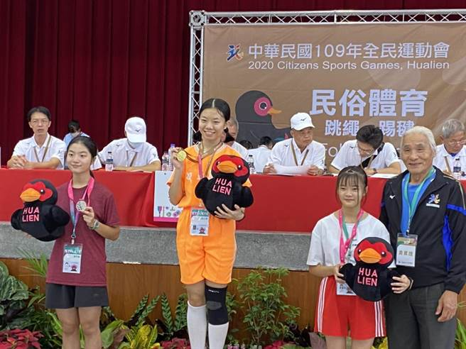 中正國中參加民俗體育項目,女子組選手周冠儀以91.75分擊敗各路好手,拿下冠軍。(基隆市政府提供/陳彩玲基隆傳真)