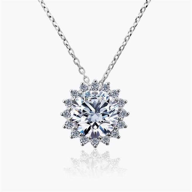 JOY COLORi「暖陽」鑽石鍊墜,主石為0.76克拉鑽石,8萬2000元。(JOY COLORi提供)