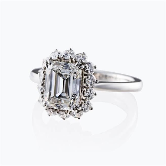 JOY COLORi「榮耀桂冠」鑽石戒指,主石為2.06克拉鑽石,37萬8000元。(JOY COLORi提供)