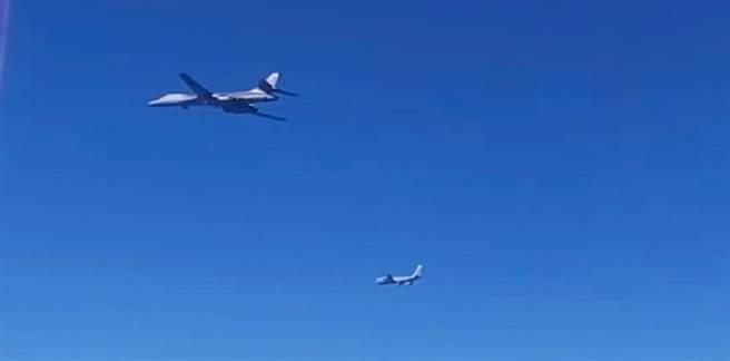 俄國戰機攔截白令海域的美國B-1B轟炸機、KC-135加油機。(圖/youtube)