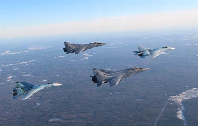 報導稱,MiG-31與Su-35一起擔任俄國遠東空域的防務。圖片中的是MiG-31與Su-27。(圖/俄羅斯空軍)