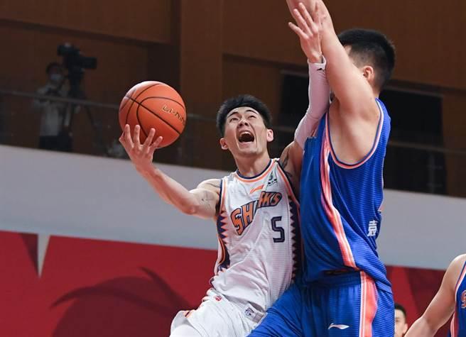 本季轉戰上海的劉錚,22日拿下4分、10籃板、3助攻與4抄截。(新華社)