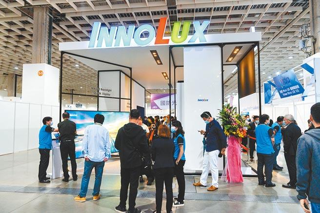 台北国际人工智慧暨物联网展21日开展,群创光电摊位展出多款LED显示器。图/王德为