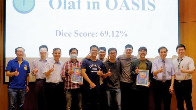 QNAP產品開發處副總經理李曜琮(左起)、台大醫師蕭輔仁、台大教授賴飛羆與得獎隊伍,及MAHC主任傅立成(右二)、MAHC執行長曾柏元(右一)合影。圖/業者提供