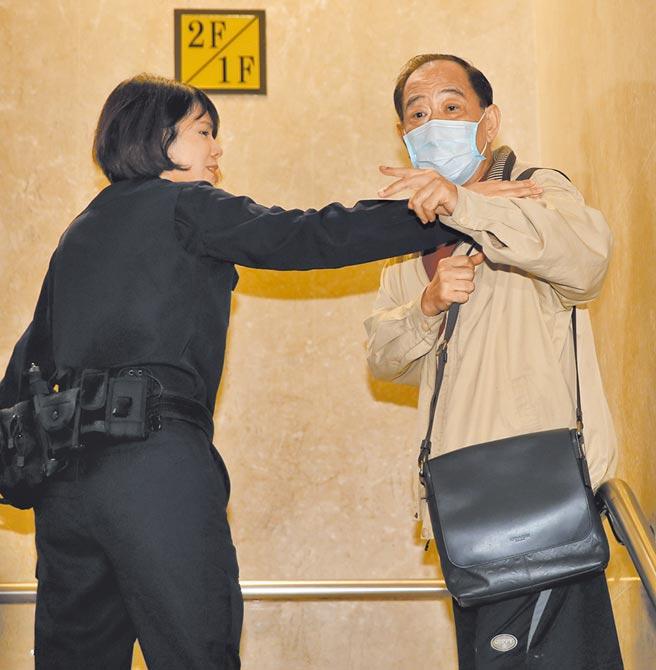 前軍情局退役上校張超然,遭檢方聲押獲准,張(右)21日凌晨應訊前,向媒體表示「我是國家派去大陸工作的,保衛台灣安全啊!」(陳君瑋攝)