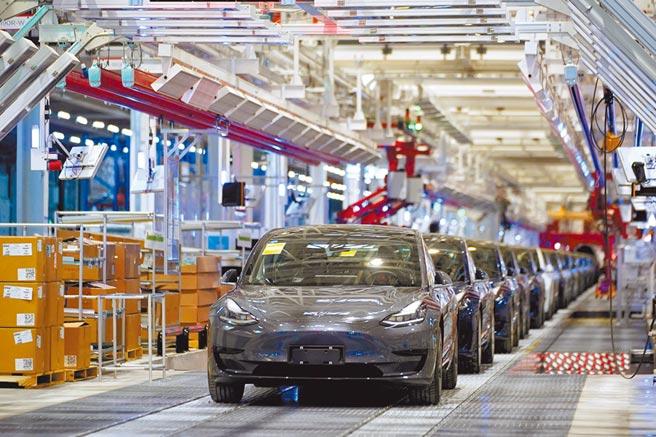 中時新聞網社長賴岳謙21日在台港星三地的視訊連線中表示,大陸經濟恢復正成長意義重大,對亞洲經濟復甦扮演關鍵性角色。圖為特斯拉上海廠的生產線,一輛輛Model 3正準備出廠。 (路透)