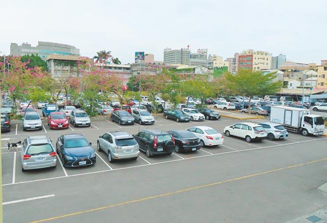 彰化市成功停車場是市區難得閒置公有地,共1.14公頃,彰化縣政府和彰化市公所持有比例分別是53.5%和46.5%,將共同招商開發百貨影城。(吳敏菁攝)