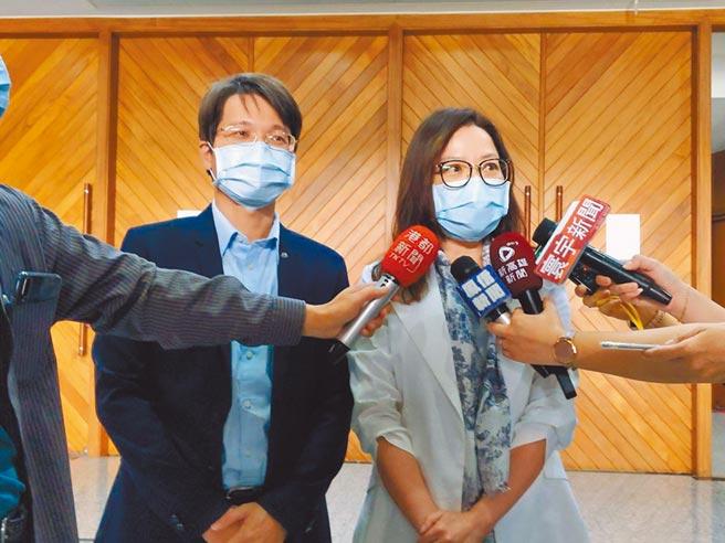 高巿府觀光局長周玲玟(右)21日在議會宣布,高雄市肉燥飯比賽正式開打。左為農業局代理局長王正一。(曹明正攝)