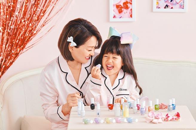 六月(左)陪女兒Shinny拍代言廣告。(Monkey Bow Beauty提供)
