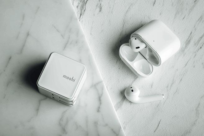 Moshi的Qubit迷你USB-C充電器,可摺疊式插頭設計,如AirPods充電盒般輕巧,690元。(Moshi提供)
