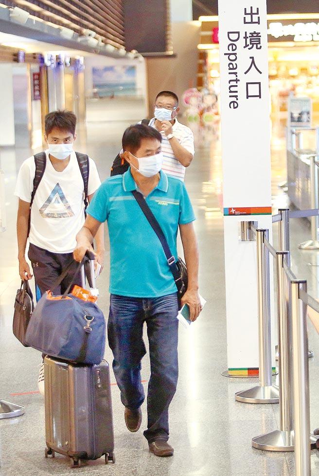 台灣禁用大陸新冠疫苗,自身若無法研發,恐面臨人員無法出境;圖為旅客準備從桃園機場第一航廈出境登機。(本報系資料照片)