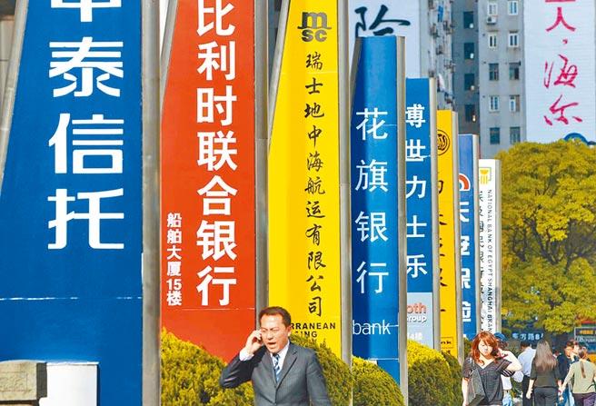 不少銀行金融機構獲利,已遠遠被養豬業甩在身後。圖為上海陸家嘴金融街。(新華社)
