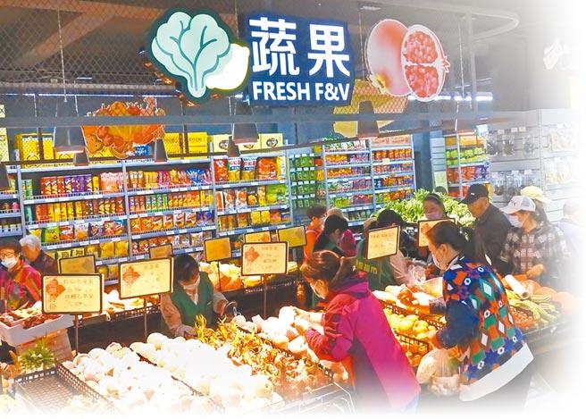 消費者在江蘇連雲港市一家生活超市選購蔬菜水果。(新華社資料照片)